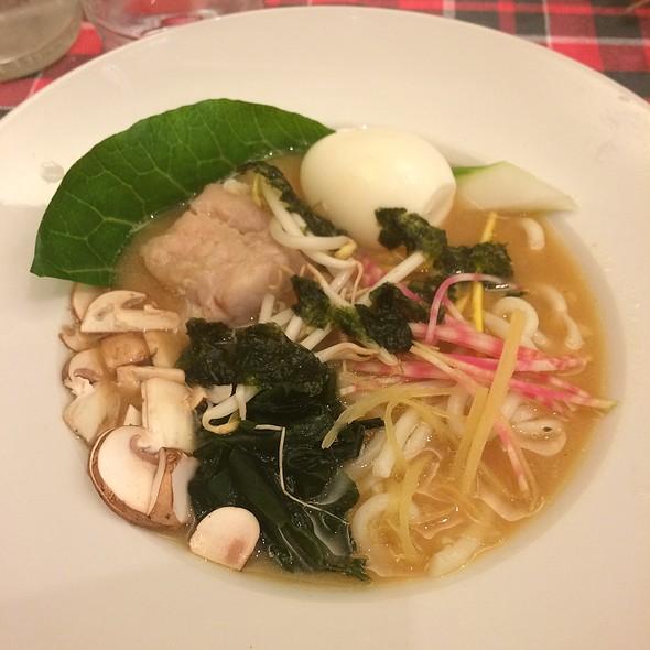 Miso Udon Soupe Avec Poisson Et Légimes