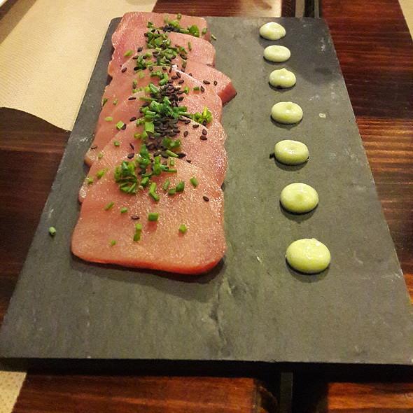 Sashimi de atún rojo con salsa de soja y mayonesa de wasabi