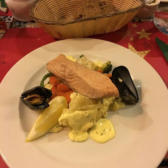 Poached Fillet Of Salmon With Bernaise Sauce