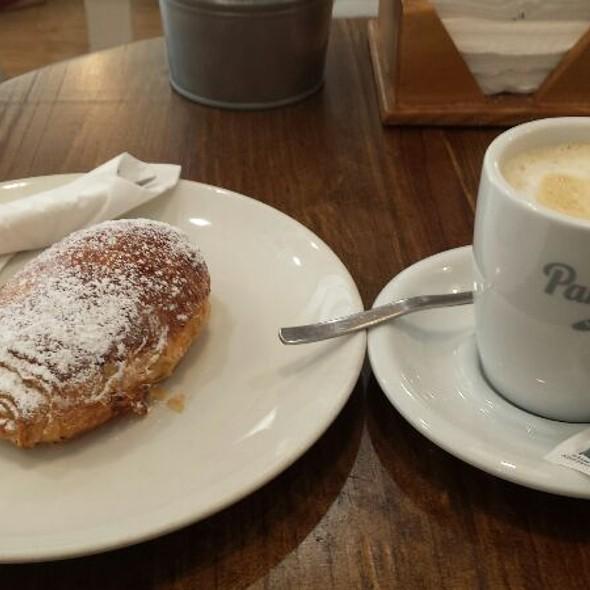 Napolitana De Chocolate y Un Café Con Leche