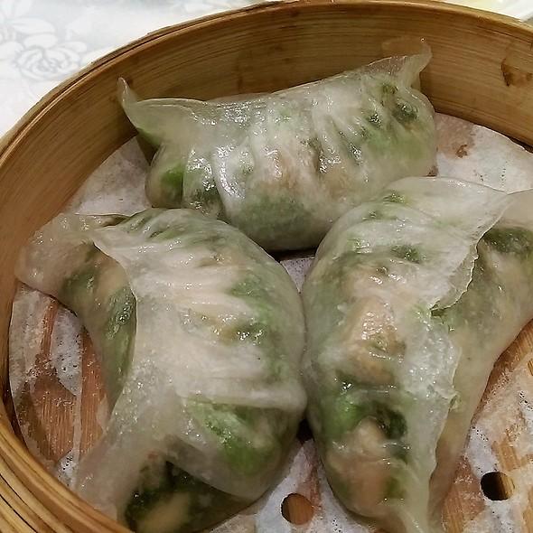 Steamed Dumplings with Pea Sprouts Leaves & King Mushroom