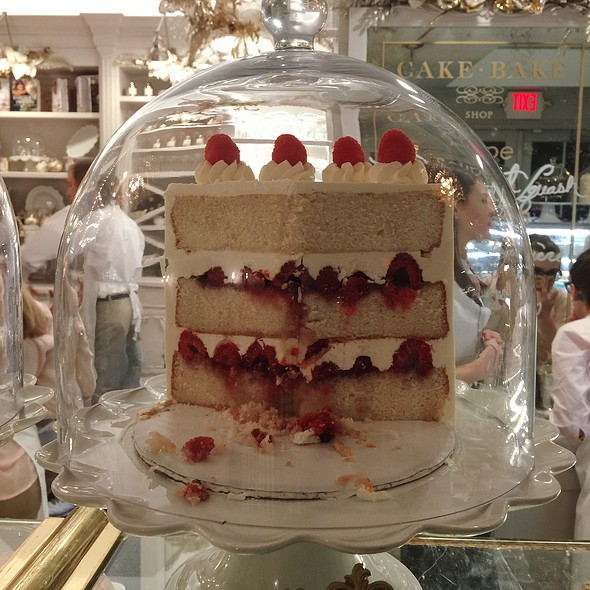 Champagne With Raspberry Cake