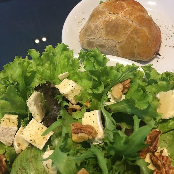 Salada Verde Com Queijo Brie E Abacaxi @ Café Baroni
