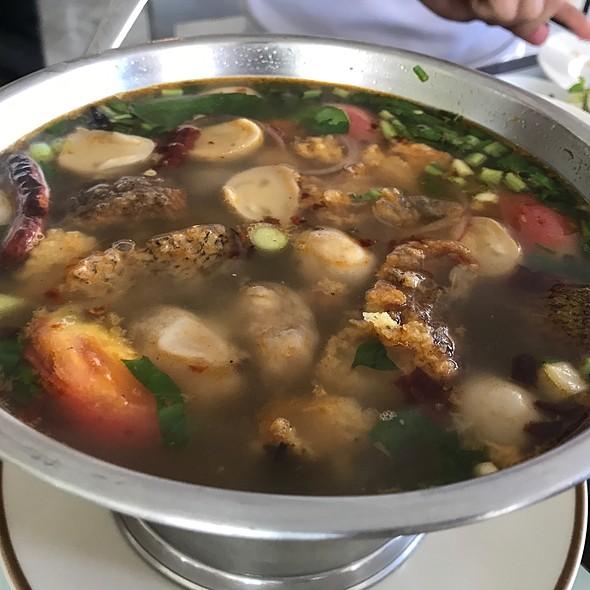 ต้มโคล้งปลาสลิดใบมะขามอ่อน | Spicy Thai Fresh Herb Soup With Crispy Gourami Fish And Baby Tamarind Leaves