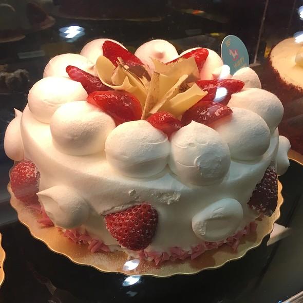 Deluxe Strawberry Cream Cake @ 85 °C Bakery Cafe