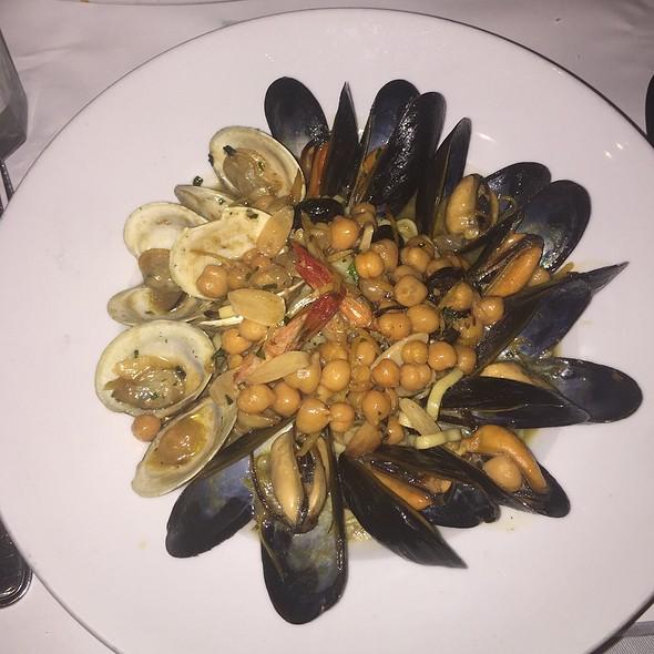Linguini W/ Shrimp, Mussels, Clams @ Rachel's Cafe