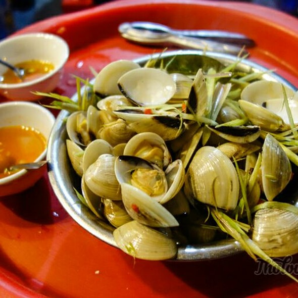 Steamed Clams with Lemongrass @ Oc Ghe Duong Thanh