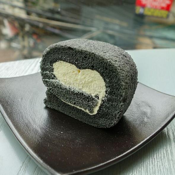 Bamboo Charcoal Roll Cake @ Tro Sweet
