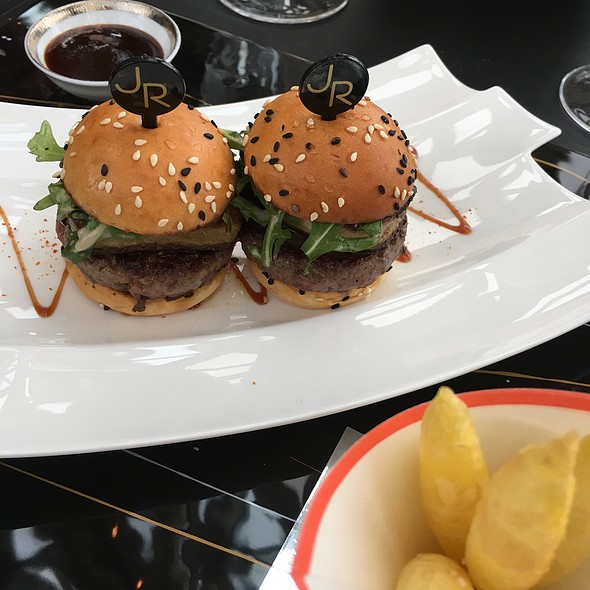 robuchon au dome wagyu burger with foie gras foodspotting. Black Bedroom Furniture Sets. Home Design Ideas