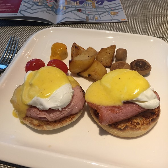 Eggs Benedict @ Pottinger Hotel