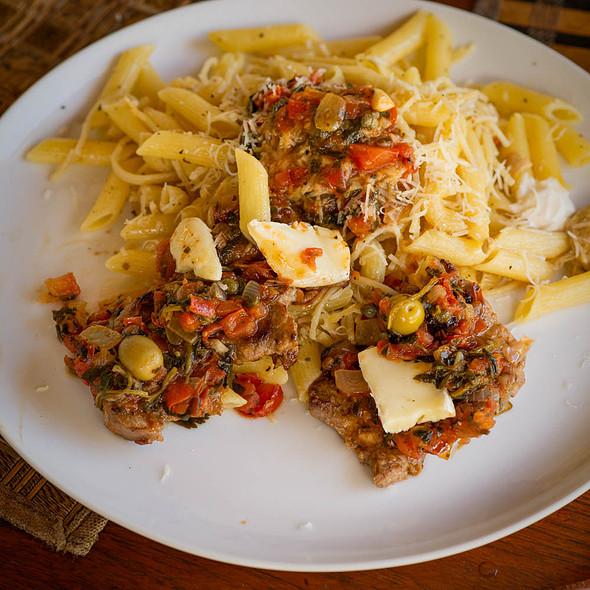 Bistek con Camembert, pasta, parmesano y olivos @ Villa Strelitzia