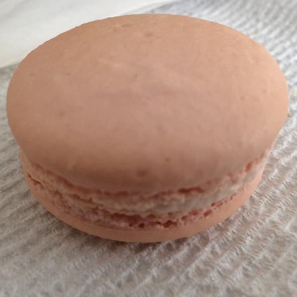 strawberry macaroon @ Chocolate And Vanilla Bakery