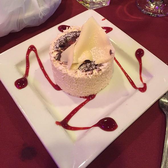 Vanilla Cake With White Chocolate Mousse