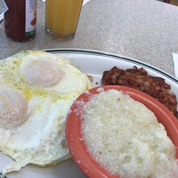 Perfect Over Easy Eggs, Grits & Corned Beef Hash