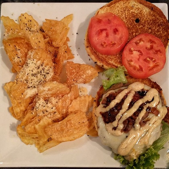 Bistro Burger + House Chips