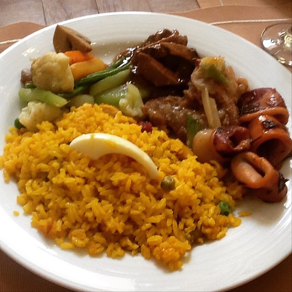 Paella With Beef Salpicao, Grilled Squid And Emperor Chicken