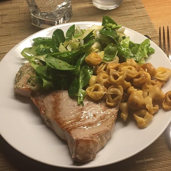 Steak, Spinatsalat Und Tortelloni