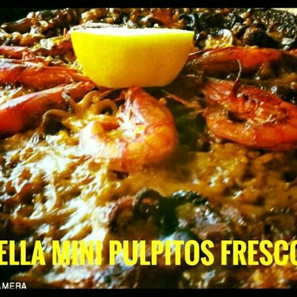 Paella de pulpitos, gamba de Huelva y almejas gallegas.