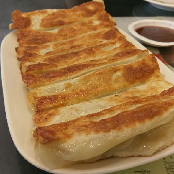 Pan Fried Dumplings @ 杭州小籠湯包