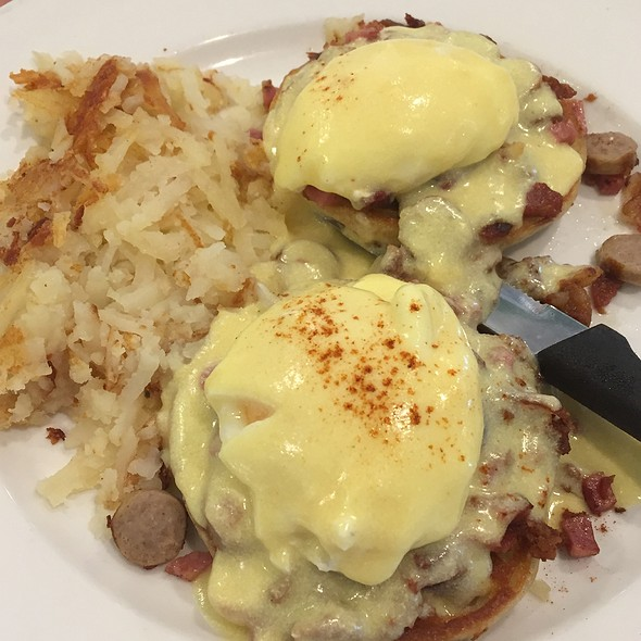 Eggs Benedict With Meat