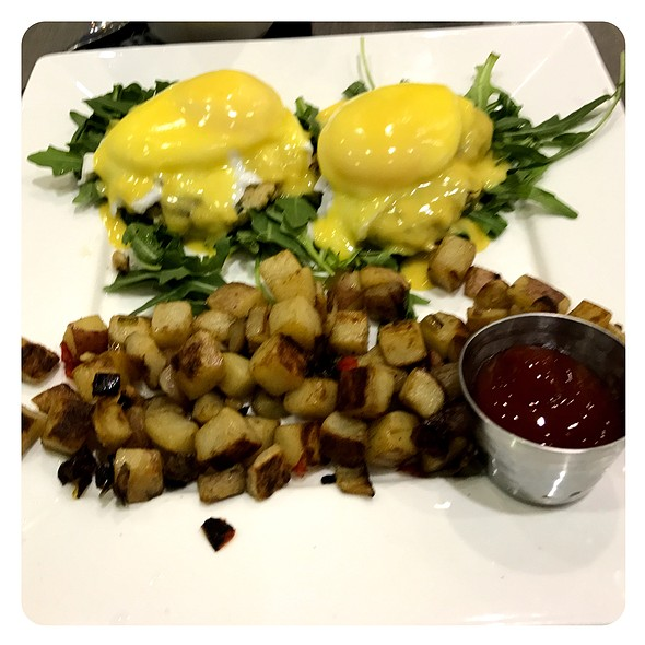 Poached Eggs With Hollandaise Over Crab Cakes