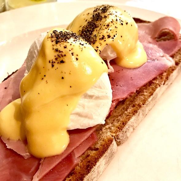 Eggs Benedict @ Des Vins Cafe And Wine Bar