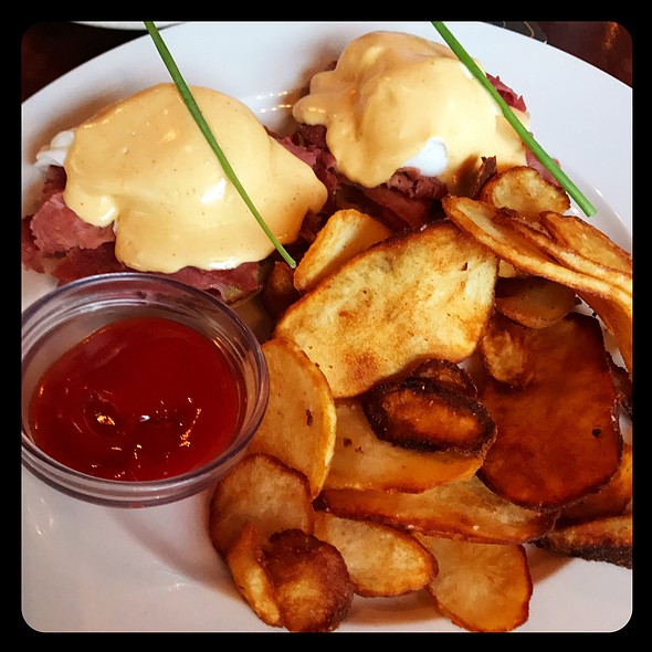 D4 Corned Beef Benedict @ D4 Irish Pub & Cafe