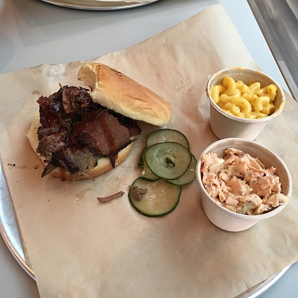 Beef Brisket Sandwich With Coleslaw And Mac And Cheese