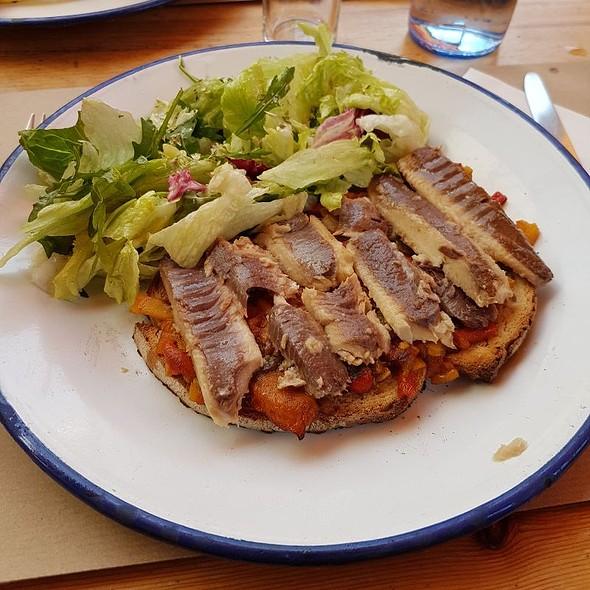 Pão Tostado Com sardinhas Portuguesas