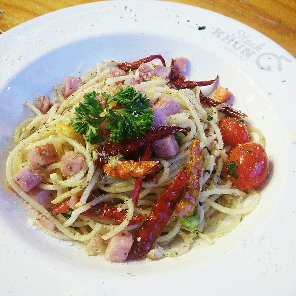 Spaghetti with Ham and Dried Chilli