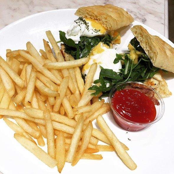 Cheese Egg Benedict 芝士培根& 班尼迪克蛋