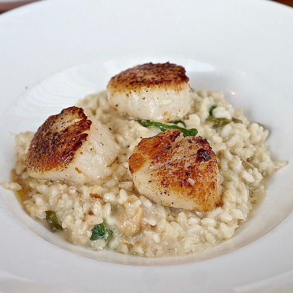 Pan seared diver scallops, asparagus, spinach, roasted garlic and lemon risotto @ CityGate Grille