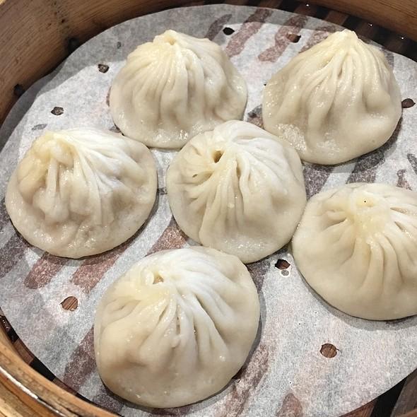 小籠包 Steamed Juicy Pork Dumplings
