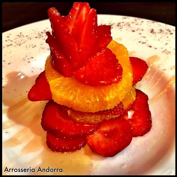 Avui Filet De Vedella Amb Amanida S'endivies, Tomàquet I Ceba. I De Postres Taronja Amb Maduixots Del Maresme Amb Mel De 1000 Flors.