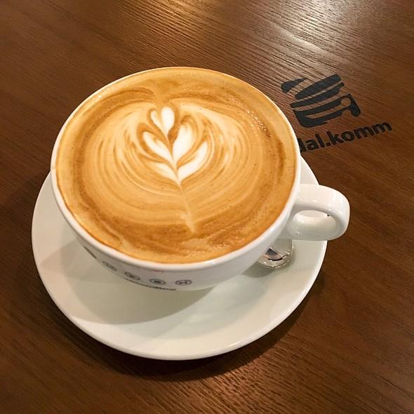 Flat White @ Dal.Komm Coffee