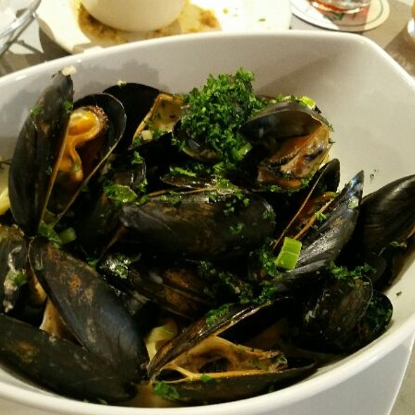 Sauteed Mussels With Fettuccine In Garlic Cream Sauce