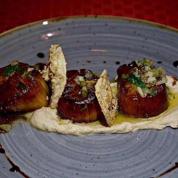 Applewood smoked Maine diver scallops, brown butter, cauliflower purée, truffle vinaigrette, preserved lemon