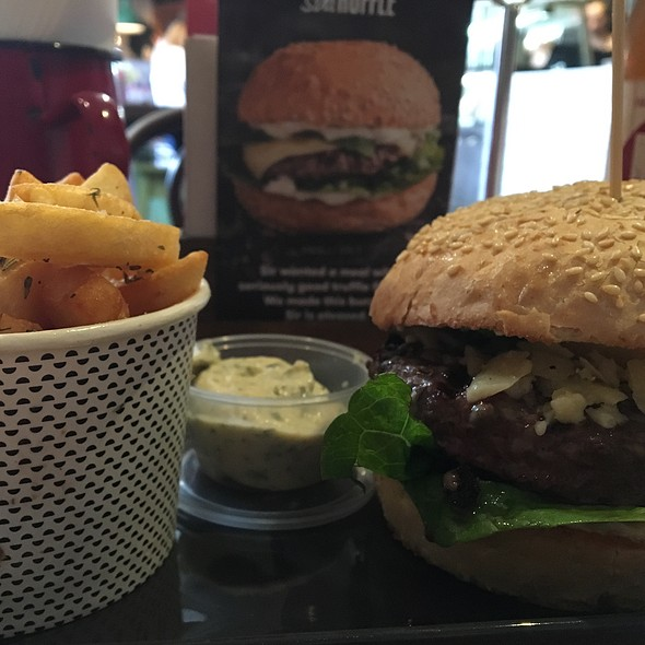 Sir Truffle Burger, Small Chips And Herbed Mayo