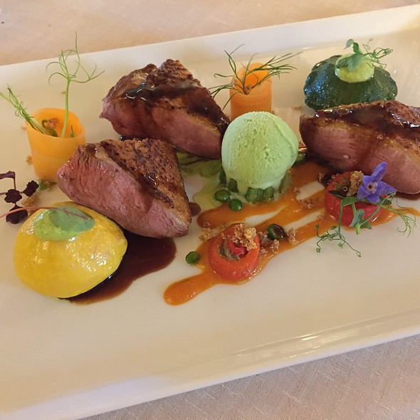 Duck breast with peppers, zucchini, raw carrots, quinoa seeds and fresh peas ice cream