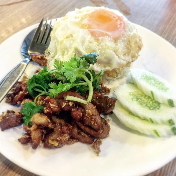 ข้าวเนื้อผัดกระเทียมพริกไทย   Stir fried Garlic & Pepper Beef with Rice @ อินเตอร์ Inter : สาขาสอง สี่แยกพัฒนาการ