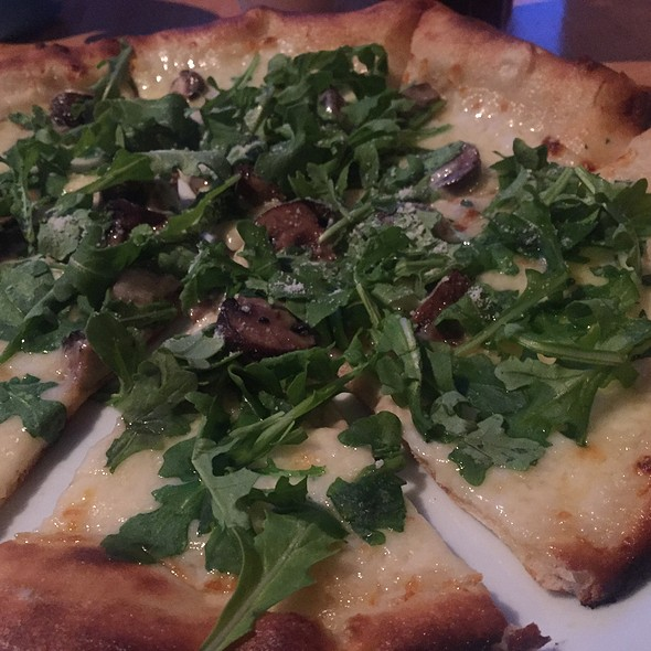 Roasted Mushroom Pizza @ Wolfganpuck Express