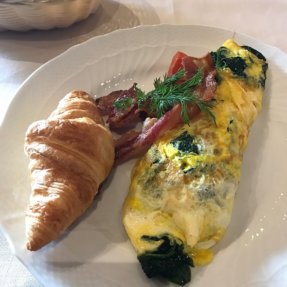 Omelette With Spinach And Mozzarella With Side Of Crispy Bacon