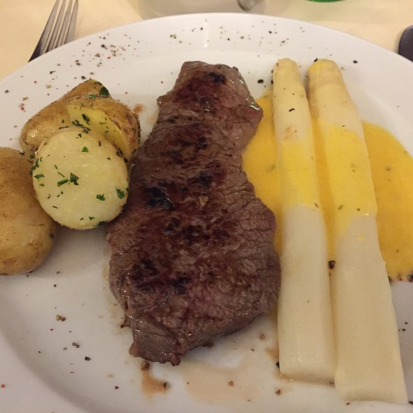 Beef Steak With Asparagus And Roasted Potatoes