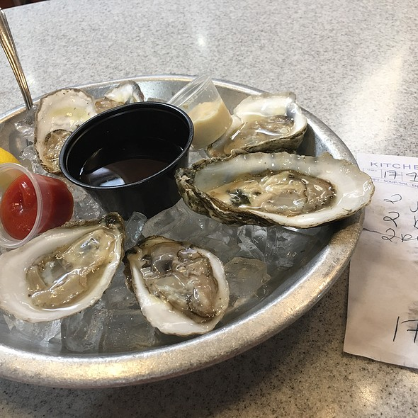 Oysters! @ Pearl's Oyster Bar Reading Terminal Mkt