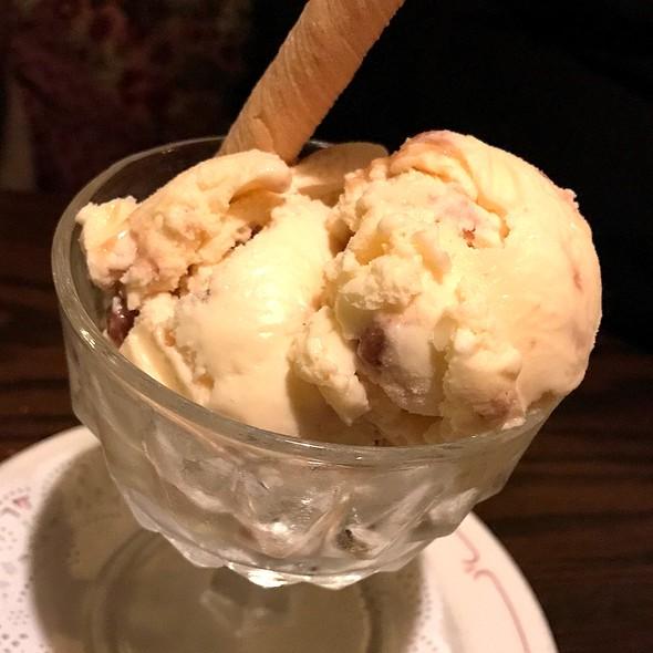 Praline Ice Cream with Caramel Sauce