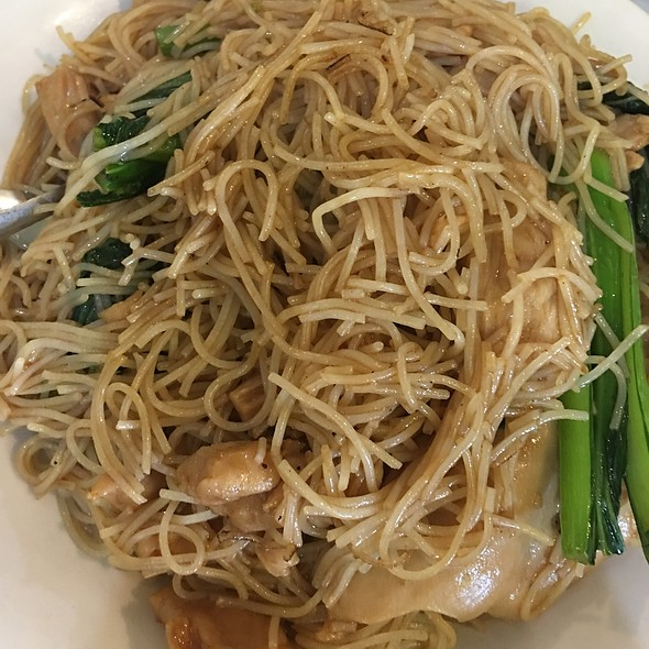 Stirfried Vermicelli With Shedded Chicken And Veggies @ King's Chinese Cuisine