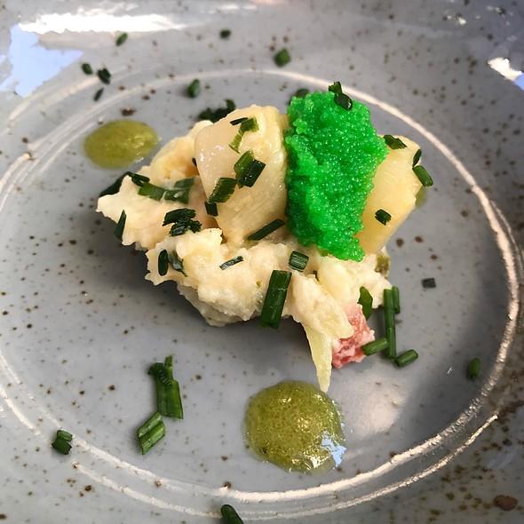 Kamm-Muschel Mit Wasabi-Fliegenfischcaviar Auf Kartoffelsalat