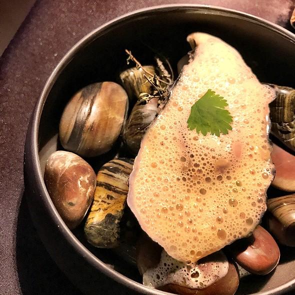 Ostrica Tiepida, Perle Di Consommè, Emulsione Di Limone, Pesto Di Coriandolo