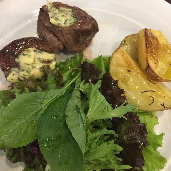 Escalope De Filet Mignon Com Salada Verde E Batata Rustica @ Café Arlequim - Paço Imperial