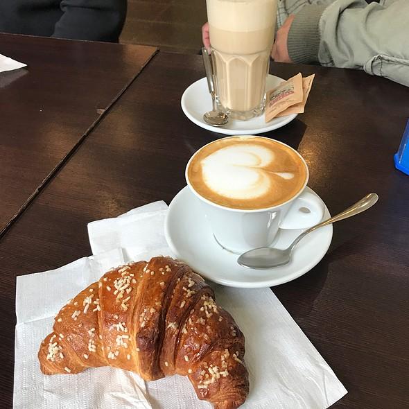 Cappucino & Croissant @ Bar Arcobaleno